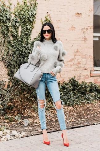 Cómo combinar: bolsa tote de cuero gris, zapatos de tacón de ante rojos, vaqueros pitillo desgastados celestes, jersey con cuello circular gris