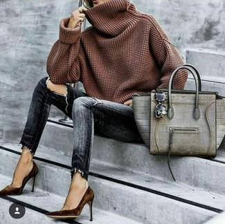Cómo combinar: bolsa tote de cuero con print de serpiente gris, zapatos de tacón de ante en marrón oscuro, vaqueros pitillo desgastados en gris oscuro, jersey con cuello vuelto holgado marrón