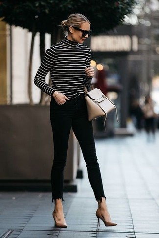 Cómo combinar: bolso de hombre de cuero en beige, zapatos de tacón de cuero marrón claro, vaqueros pitillo negros, jersey de cuello alto de rayas horizontales en negro y blanco