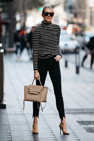 Outfits mujeres: Usa un jersey de cuello alto de rayas horizontales en negro y blanco y unos vaqueros pitillo negros para un almuerzo en domingo con amigos. Zapatos de tacón de cuero marrón claro son una opción grandiosa para completar este atuendo.