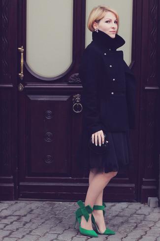 Cómo combinar: cartera sobre de cuero negra, zapatos de tacón de ante verdes, vestido de fiesta de gasa negro, chaquetón negro
