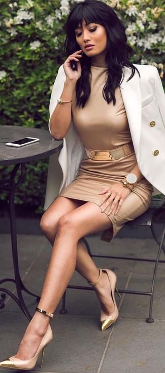 Cómo combinar: cinturón dorado, zapatos de tacón de cuero marrón claro, vestido ajustado marrón claro, blazer cruzado blanco