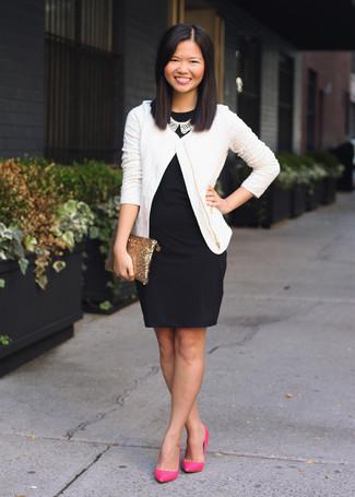 Cómo combinar: cartera sobre de lentejuelas dorada, zapatos de tacón de cuero rosa, vestido ajustado negro, chaqueta de tweed blanca