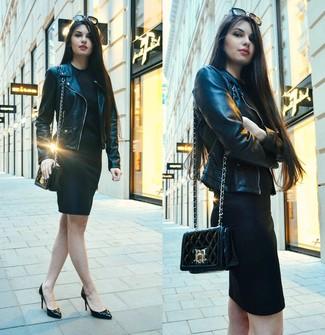 Cómo combinar: bolso bandolera de cuero acolchado negro, zapatos de tacón de cuero negros, vestido ajustado negro, chaqueta motera de cuero negra
