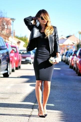 Cómo combinar: cartera sobre dorada, zapatos de tacón de cuero negros, vestido ajustado negro, chaqueta motera de cuero negra