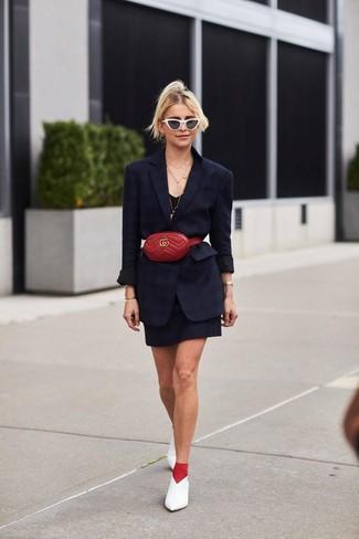 Cómo combinar: riñonera de cuero roja, zapatos de tacón de cuero blancos, vestido de tirantes negro, blazer negro