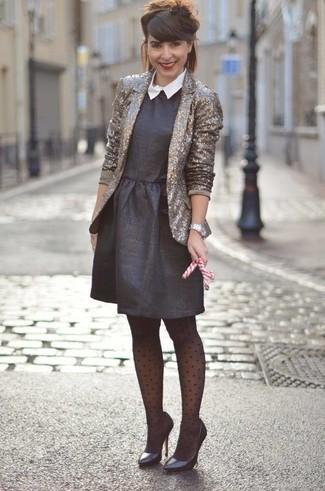 Cómo combinar: reloj plateado, zapatos de tacón de cuero negros, vestido de vuelo negro, blazer de lentejuelas dorado