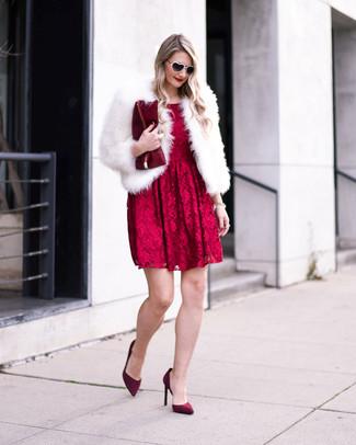 Cómo combinar: cartera sobre de cuero burdeos, zapatos de tacón de ante burdeos, vestido de vuelo de encaje rojo, chaqueta de piel blanca