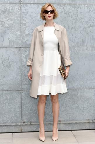 Cómo combinar: cartera sobre de cuero dorada, zapatos de tacón de cuero en beige, vestido de vuelo blanco, gabardina en beige