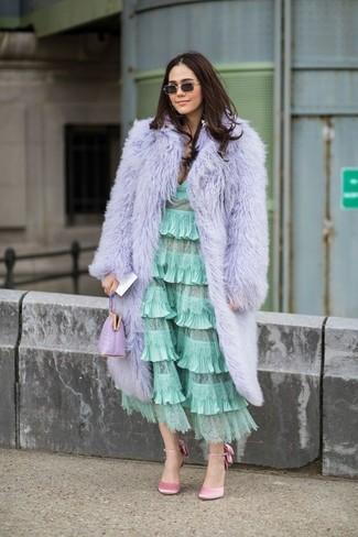 Cómo combinar: cartera sobre de cuero violeta claro, zapatos de tacón de satén rosados, vestido midi con volante en verde menta, abrigo de piel violeta claro