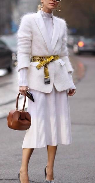Cómo combinar: cartera sobre de cuero marrón, zapatos de tacón de cuero grises, vestido midi de punto blanco, cárdigan de mohair blanco