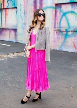 Cómo combinar: gafas de sol negras, zapatos de tacón de ante negros, vestido midi plisado rosa, chaqueta abierta gris