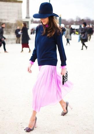 Cómo combinar: cartera sobre de cuero con adornos negra, zapatos de tacón de cuero grises, vestido midi de gasa rosado, jersey con cuello circular azul marino