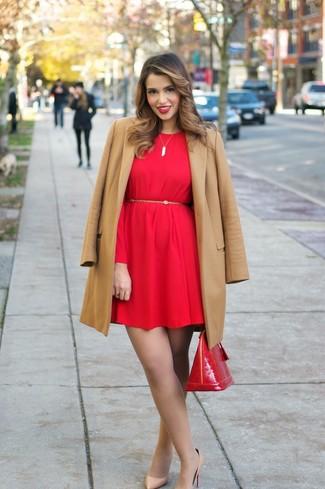 Cómo combinar: bolso de hombre de cuero rojo, zapatos de tacón de cuero marrón claro, vestido recto rojo, abrigo marrón claro