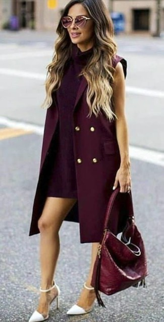 Combinar un abrigo sin mangas burdeos: Intenta combinar un abrigo sin mangas burdeos junto a un vestido recto morado oscuro para lograr un look de vestir pero no muy formal. Zapatos de tacón de cuero blancos son una opción muy buena para completar este atuendo.