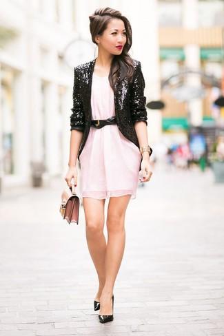 Cómo combinar: cartera sobre de cuero rosada, zapatos de tacón de cuero negros, vestido recto de gasa rosado, blazer de lentejuelas negro