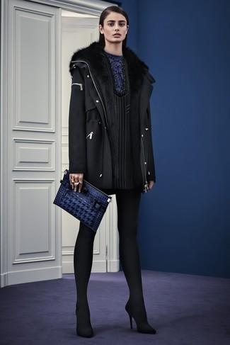 Cómo combinar: cartera sobre de cuero azul marino, zapatos de tacón de ante negros, vestido recto de rayas verticales negro, parka de lana negra