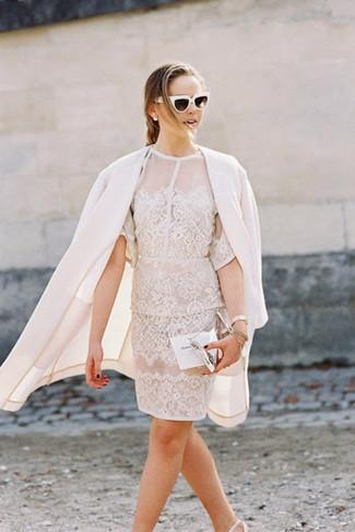 Cómo combinar: cartera sobre de cuero plateada, zapatos de tacón de cuero blancos, vestido tubo de encaje blanco, abrigo blanco