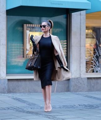 Combinar un abrigo en beige: Si buscas un estilo adecuado y a la moda, casa un abrigo en beige junto a un vestido tubo negro. Zapatos de tacón de cuero en beige son una opción inigualable para completar este atuendo.