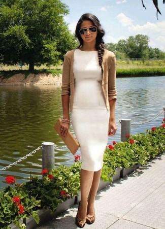 357e3893 Look de moda: Cartera sobre de cuero marrón claro, Zapatos de tacón de ante  de leopardo marrónes, Vestido tubo blanco, Cárdigan marrón claro | Moda  para ...