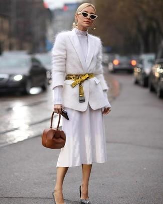 Cómo combinar: cartera sobre de cuero marrón, zapatos de tacón de lentejuelas plateados, vestido tubo de punto blanco, cárdigan de mohair blanco