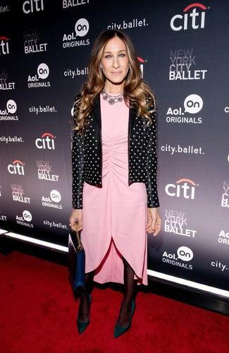 Cómo combinar: cartera sobre de cuero azul marino, zapatos de tacón de ante verde oscuro, vestido tubo rosado, chaqueta motera de cuero con tachuelas negra