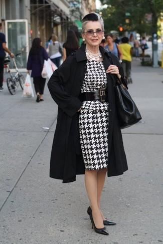 Cómo combinar: bolsa tote de cuero negra, zapatos de tacón de cuero negros, vestido tubo de pata de gallo en blanco y negro, gabardina negra