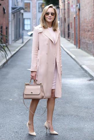 Cómo combinar: bolso de hombre de cuero en beige, zapatos de tacón de cuero en beige, vestido tubo rosado, gabardina rosada
