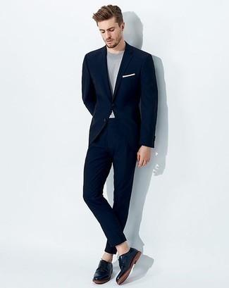 Combinar un traje azul marino: Ponte un traje azul marino y una camiseta con cuello circular celeste para después del trabajo. ¿Por qué no ponerse zapatos derby de cuero azul marino a la combinación para dar una sensación más clásica?