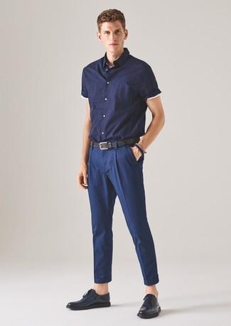 Cómo combinar: correa de cuero negra, zapatos derby de cuero azul marino, pantalón de vestir azul marino, camisa de manga corta azul marino