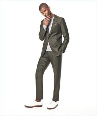 Cómo combinar: pañuelo de bolsillo estampado marrón, zapatos derby de cuero blancos, jersey con cuello circular gris, traje verde oliva