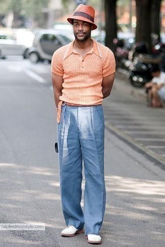 Combinar unos zapatos derby de ante blancos: Equípate una camisa polo naranja junto a un pantalón chino celeste para una vestimenta cómoda que queda muy bien junta. ¿Te sientes ingenioso? Dale el toque final a tu atuendo con zapatos derby de ante blancos.