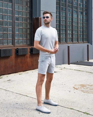 Combinar unos pantalones cortos grises: Mantén tu atuendo relajado con una camiseta con cuello circular de punto gris y unos pantalones cortos grises. Con el calzado, sé más clásico y complementa tu atuendo con zapatos derby de cuero blancos.