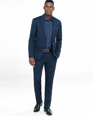Cómo combinar: pañuelo de bolsillo estampado azul marino, zapatos derby de cuero negros, camisa de manga larga azul marino, traje azul marino