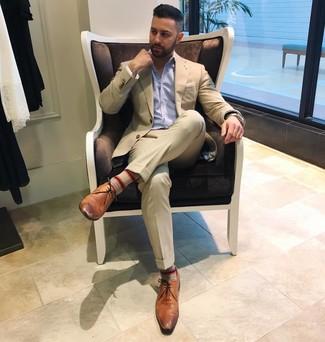 Cómo combinar: pañuelo de bolsillo blanco, zapatos derby de cuero marrónes, camisa de manga larga de rayas verticales celeste, traje en beige