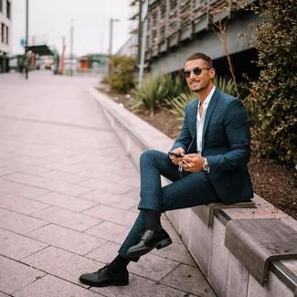 Cómo combinar: gafas de sol negras, zapatos derby de cuero negros, camisa de manga larga blanca, traje de lana en verde azulado