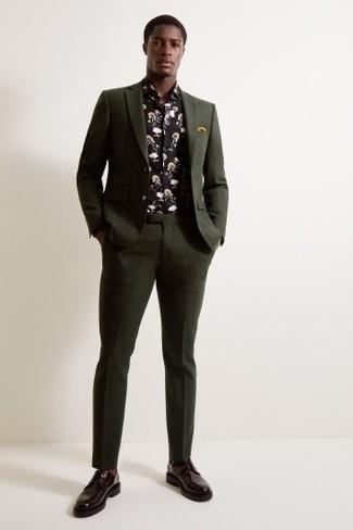 Cómo combinar: pañuelo de bolsillo mostaza, zapatos derby de cuero burdeos, camisa de manga larga con print de flores negra, traje verde oscuro