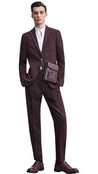 Combinar un bolso mensajero de cuero burdeos: Considera emparejar un traje en marrón oscuro con un bolso mensajero de cuero burdeos para una apariencia fácil de vestir para todos los días. Con el calzado, sé más clásico y completa tu atuendo con zapatos derby de cuero en marrón oscuro.