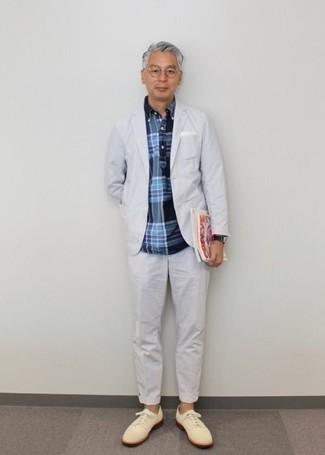 Combinar una camisa de manga larga de tartán azul marino: Empareja una camisa de manga larga de tartán azul marino con un traje blanco para una apariencia clásica y elegante. Zapatos derby de ante en beige proporcionarán una estética clásica al conjunto.