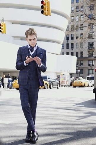 Cómo combinar: pañuelo de bolsillo a lunares azul marino, zapatos derby de cuero negros, camisa de vestir blanca, traje de tres piezas de tartán azul marino
