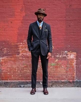 Cómo combinar: sombrero de lana marrón, zapatos derby de cuero burdeos, camisa de vestir celeste, traje de tres piezas negro