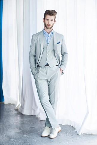 Cómo combinar: pañuelo de bolsillo azul, zapatos derby de cuero blancos, camisa de vestir celeste, traje de tres piezas gris