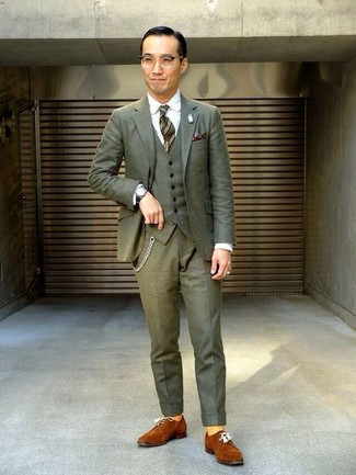 Cómo combinar: corbata de rayas verticales verde oliva, zapatos derby de ante en tabaco, camisa de vestir blanca, traje de tres piezas verde oliva