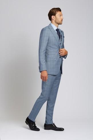Cómo combinar: corbata con print de flores azul marino, zapatos derby de cuero negros, camisa de vestir celeste, traje de tres piezas de tartán celeste