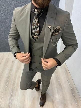 Combinar una camisa de vestir negra para hombres de 30 años: Emparejar una camisa de vestir negra con un traje de tres piezas gris es una opción estupenda para una apariencia clásica y refinada. Zapatos derby de cuero en marrón oscuro darán un toque desenfadado al conjunto.