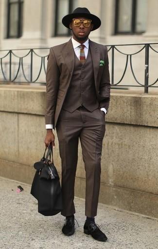 Combinar una bolsa tote de lona negra: Intenta ponerse un traje de tres piezas en marrón oscuro y una bolsa tote de lona negra para un look diario sin parecer demasiado arreglada. Zapatos derby de ante negros son una forma sencilla de mejorar tu look.