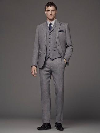 Combinar un traje de tres piezas gris: Emparejar un traje de tres piezas gris con una camisa de vestir blanca es una opción buena para una apariencia clásica y refinada. Para darle un toque relax a tu outfit utiliza zapatos derby de cuero negros.