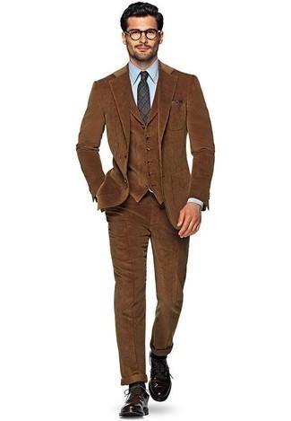 Combinar un pañuelo de bolsillo azul marino: Utiliza un traje de tres piezas marrón y un pañuelo de bolsillo azul marino para un look diario sin parecer demasiado arreglada. Dale onda a tu ropa con zapatos derby de cuero morado oscuro.