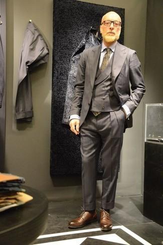 Combinar una corbata estampada marrón claro: Usa un traje de tres piezas gris y una corbata estampada marrón claro para rebosar clase y sofisticación. Si no quieres vestir totalmente formal, elige un par de zapatos derby de cuero marrónes.