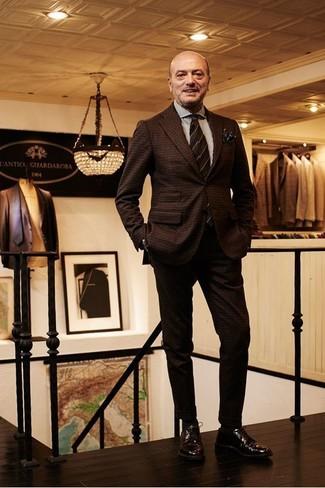 Cómo combinar: corbata de rayas horizontales en marrón oscuro, zapatos derby de cuero en marrón oscuro, camisa de vestir de rayas verticales blanca, traje de lana a cuadros en marrón oscuro